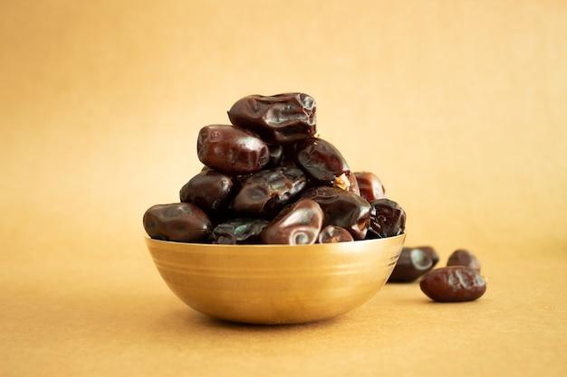 Bol de cuivre royal dates isolés