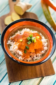 Bol avec curry à bord