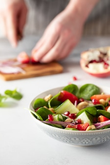 Bol déjeuner végétalien healhty avec salade