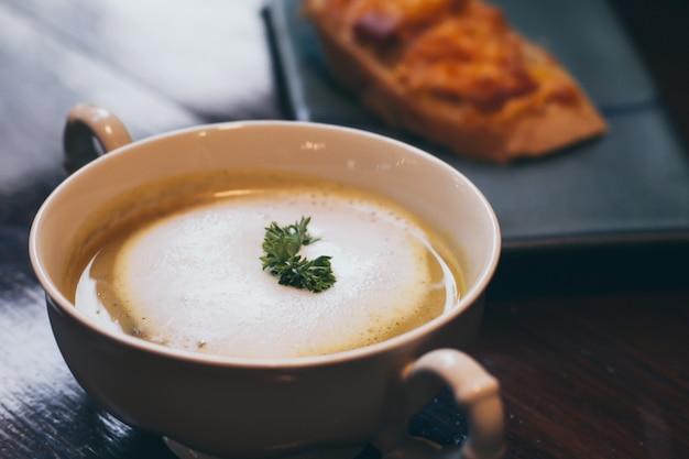 Un bol de délicieuse crème maison aux champignons