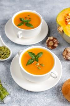 Bol de délicieuse soupe de potiron aux graines.