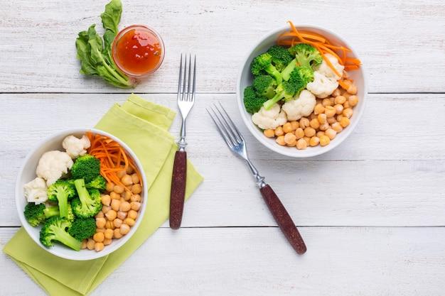 Bol à deux légumes avec pois chiches, brocoli, chou-fleur et carottes