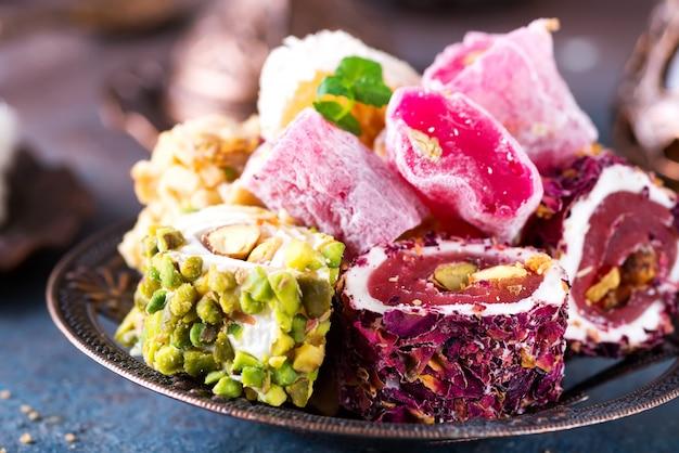 Bol avec divers morceaux de délice turc lokum