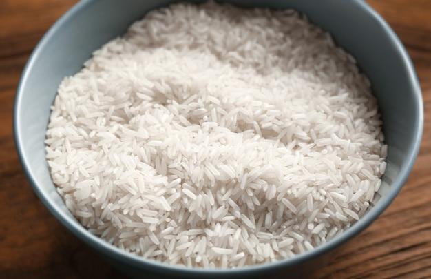 Bol avec du riz sur la table de la cuisine, gros plan