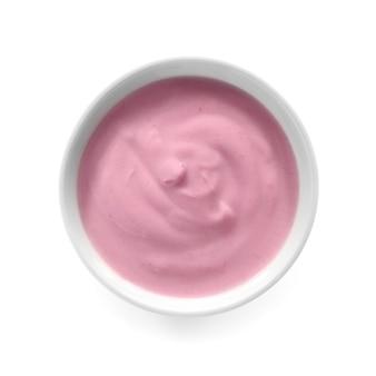 Bol avec du yogourt savoureux sur blanc