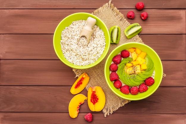 Bol de flocons d'avoine avec des baies et des fruits frais