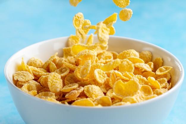 Bol de flocons de maïs givré jaune pour un petit déjeuner sec aux céréales