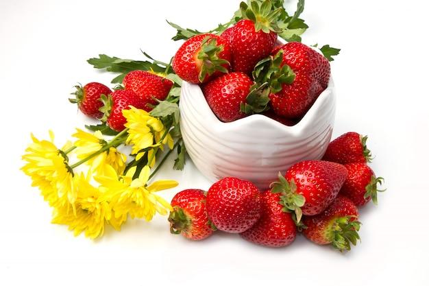 Bol avec fraises rouges et fleurs