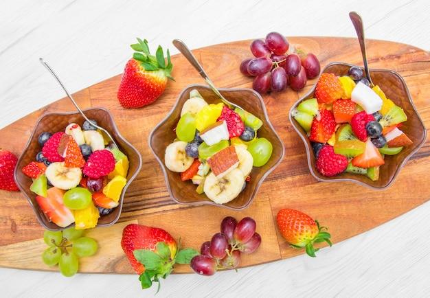 Bol de fruits mélangés et tropicaux
