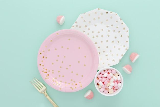 Bol avec des gelées à côté des assiettes sur la table