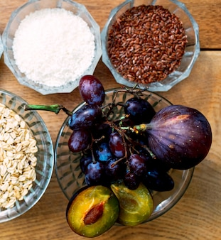 Bol de granola, graines et fruits