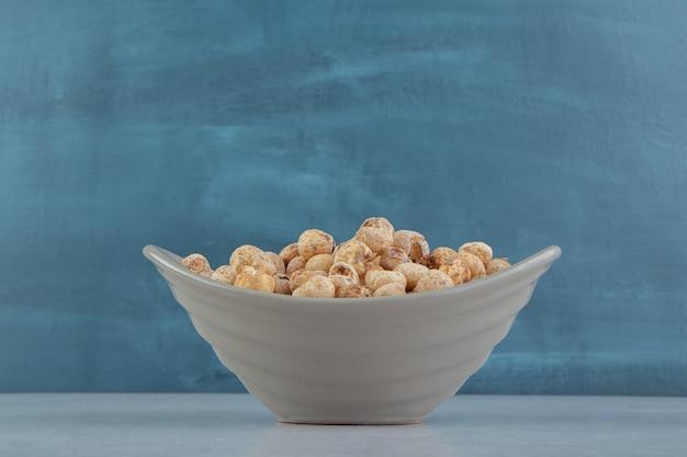 Un bol gris plein de délicieux fruits secs.