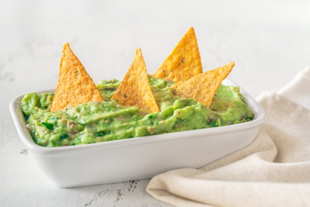 Bol de guacamole aux chips de tortilla