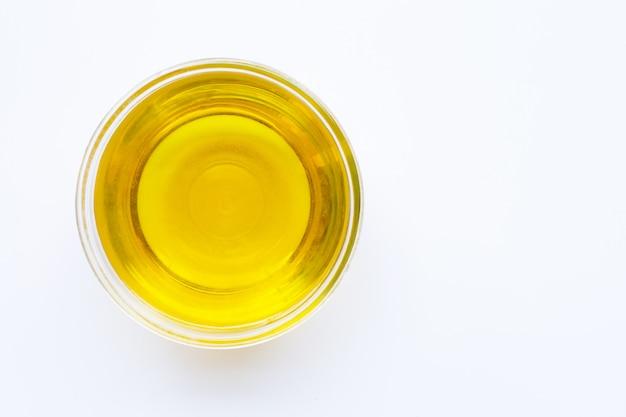 Bol d'huile d'olive isolé sur blanc. vue de dessus