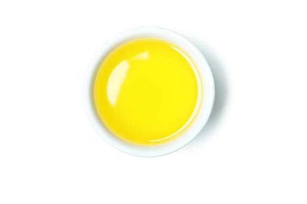 Bol d'huile d'olive isolé sur blanc