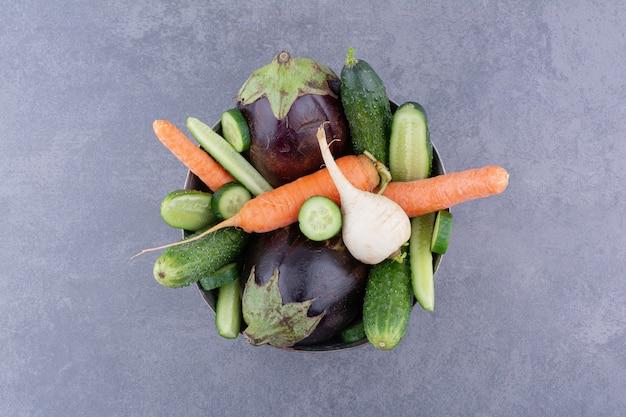 Bol de légumes isolé sur fond de béton.