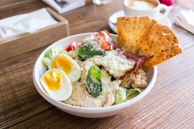 Bol avec des légumes de poulet et des œufs