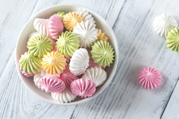 Bol de meringues colorées