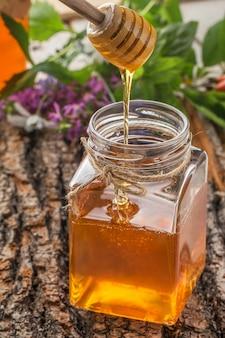 Bol à miel avec louche et miel coulant