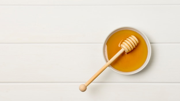 Bol de miel vue de dessus avec une cuillère