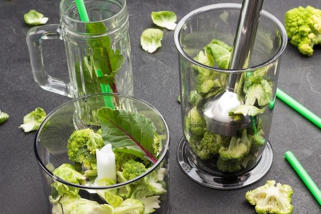 Bol mixeur avec brocoli et feuilles de blettes.