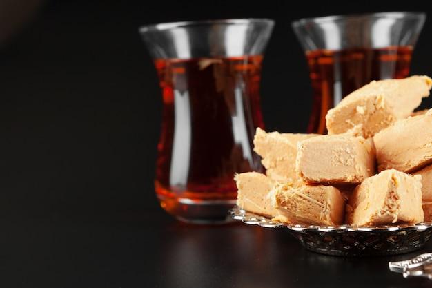 Bol avec des morceaux de délice turc lokum et thé noir