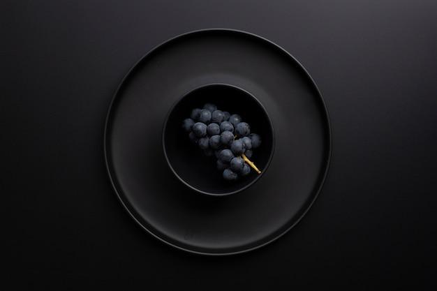 Bol noir avec béant sur un fond sombre