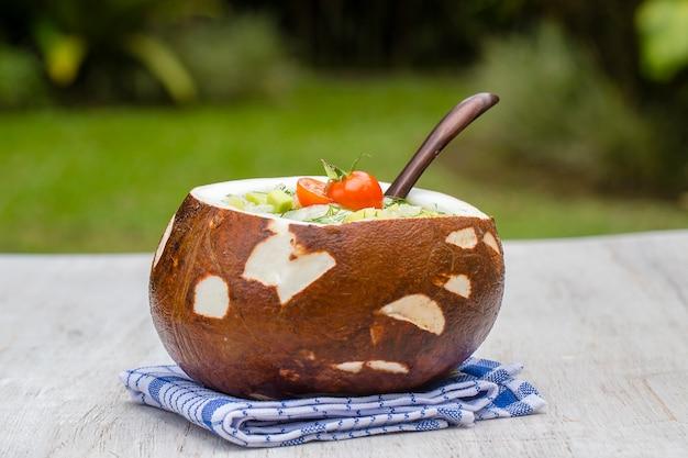 Bol de noix de coco avec soupe d'été traditionnelle okroshka