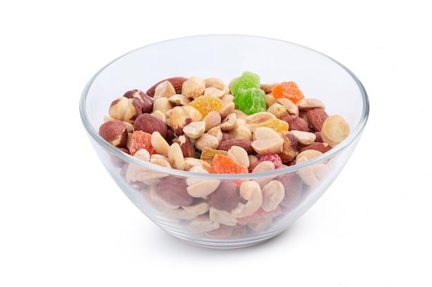 Bol de noix et de fruits confits isolés