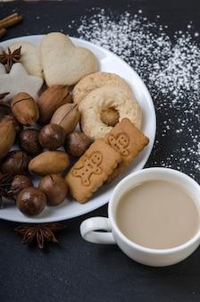Bol avec noix de pain d'épices et tasse de cacao sur blacktop