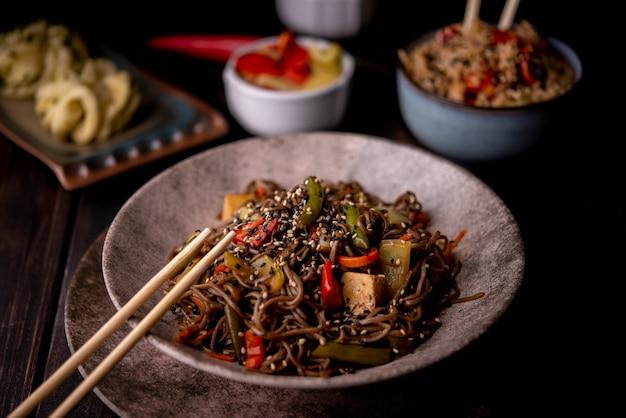 Bol de nouilles avec assortiment de plats asiatiques