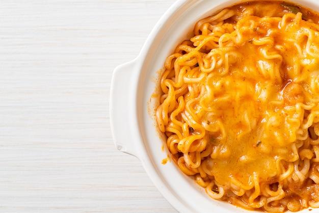 Bol de nouilles instantanées épicées avec fromage mozzarella
