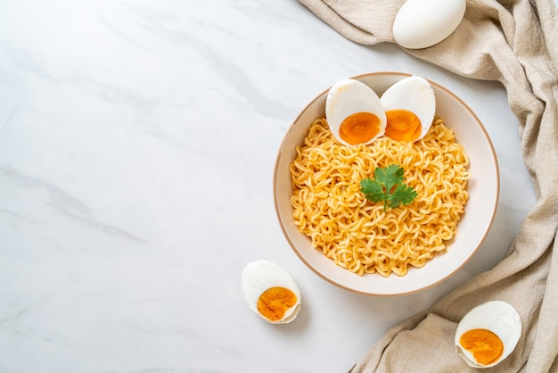Bol de nouilles instantanées avec œuf salé
