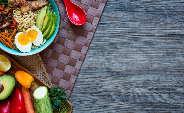 Bol de nouilles japonaises au poulet, carottes, avocat