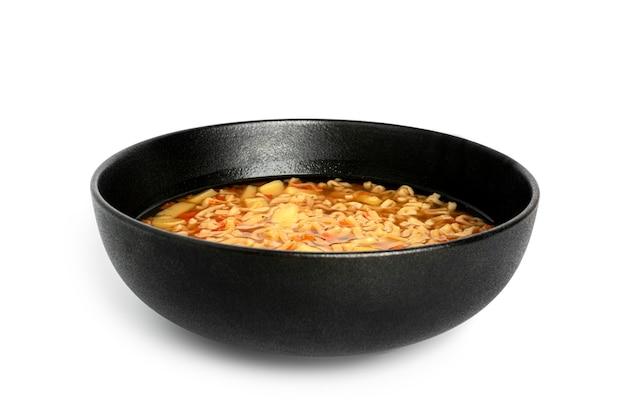 Bol de nouilles, soupe de nouilles dans une tasse, repas asiatique isolé sur fond blanc. photo de haute qualité