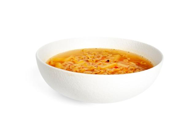 Bol de nouilles, soupe de nouilles dans une tasse, repas asiatique isolé sur fond blanc soupe dans un bol blanc. photo de haute qualité