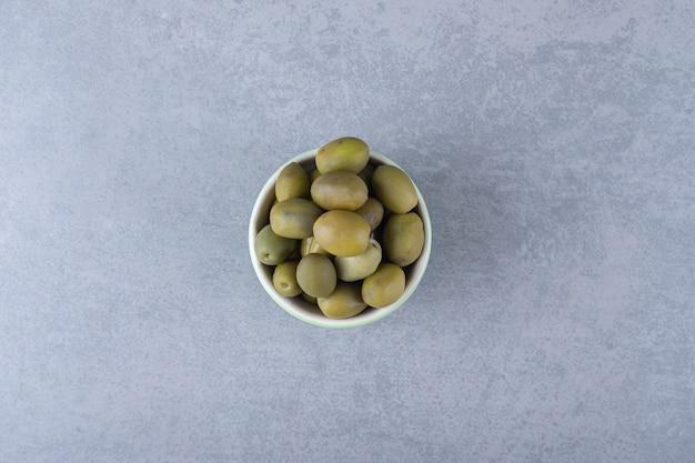 Un bol d'olive crue , sur le fond de marbre.