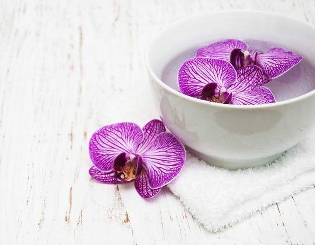 Bol avec orchidées