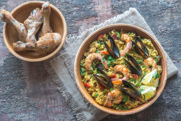 Bol de paella aux fruits de mer