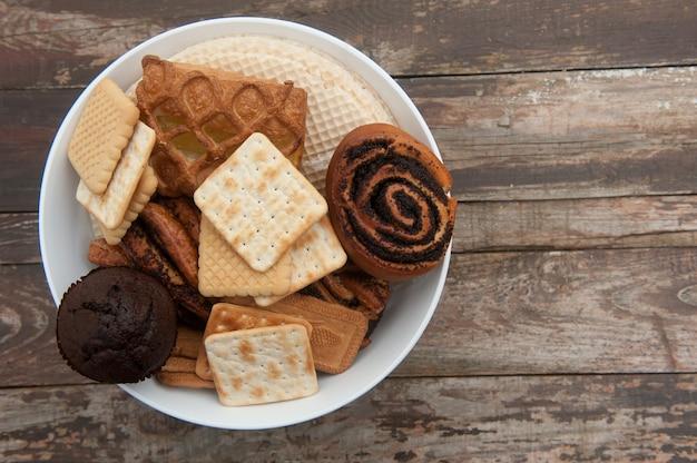 Bol de pâtisseries lumineux sur une table en bois