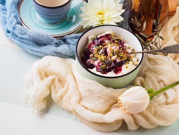 Bol de petit-déjeuner au yaourt et au fromage blanc