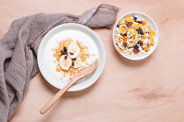 Bol de petit déjeuner avec de l'avoine et des fruits biologiques