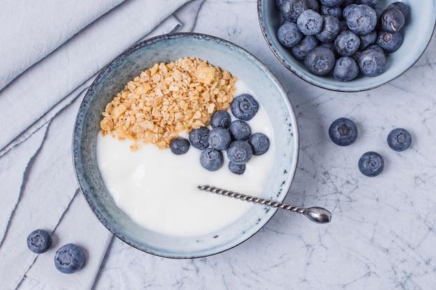 Bol de petit déjeuner fait maison avec des bleuets