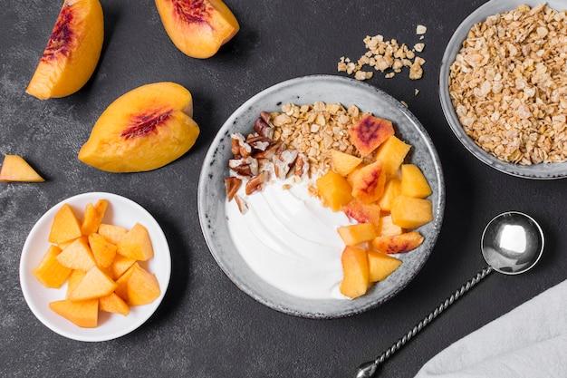 Bol de petit déjeuner savoureux avec de l'avoine et des fruits