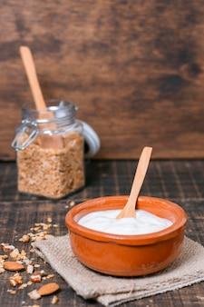 Bol de petit déjeuner vue de face avec du yaourt bio