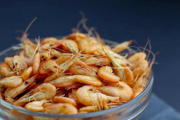 Un bol plein de crevettes bouillies vives et savoureuses - des fruits de mer sains. mise au point sélective