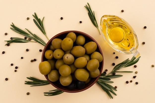 Bol plein de délicieuses olives fraîches