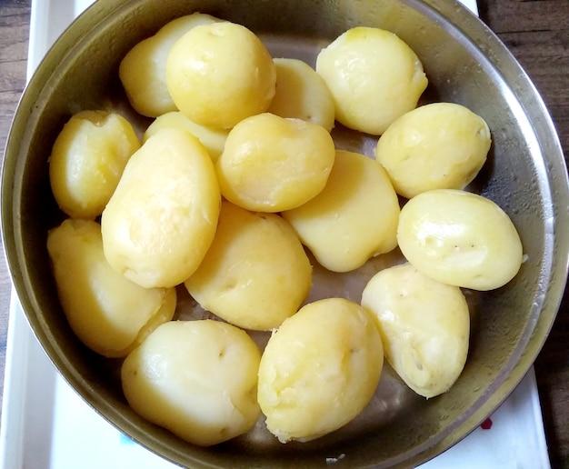 Bol de pommes de terre fraîchement bouillies prêtes à servir