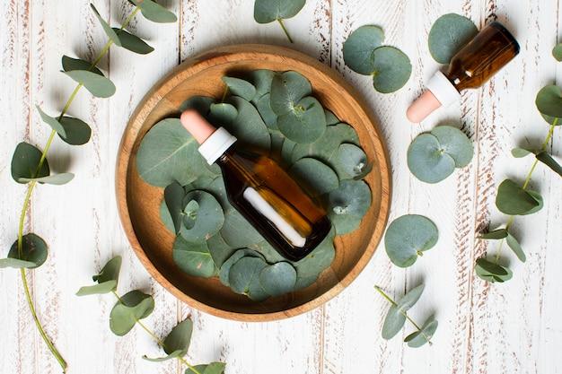 Bol à poser plat avec feuilles et huile