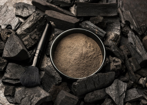 Bol avec poudre fine et charbon de bois